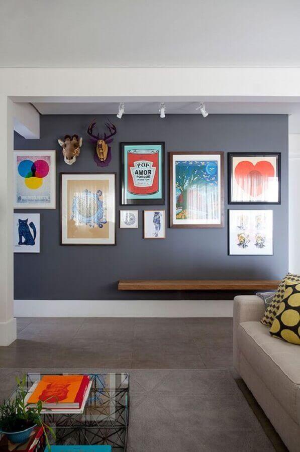 composição de quadros na parede cinza de sala Foto Casa de Valentina