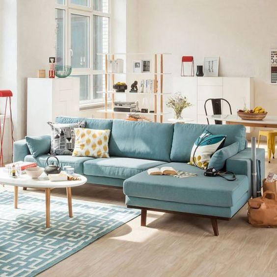 Sala colorida com sofás de canto azul
