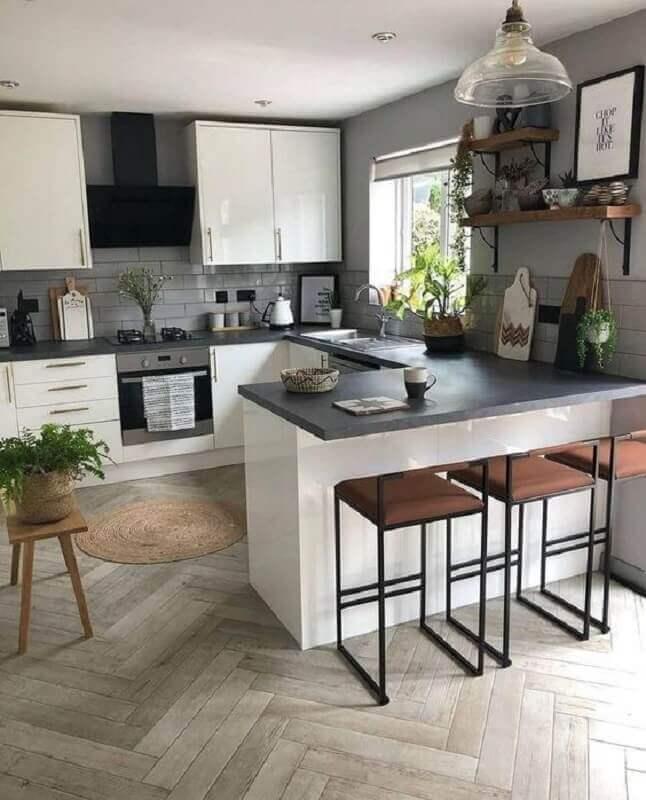 cozinha americana em U com bancada preta e armários brancos Foto The Nord Room