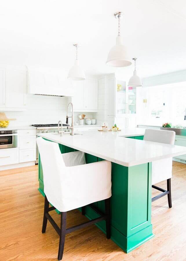cozinha branca decorada com ilha verde esmeralda Foto Pinterest