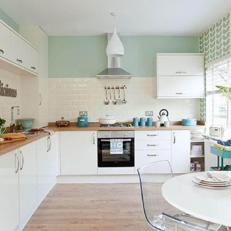 cozinha branca planejada com parede verde menta Foto Ideal Home