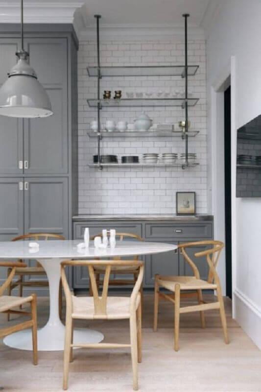 cozinha cinza decorada com prateleira aramada suspensa Foto Futurist Architecture