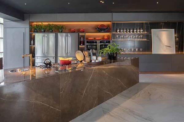 Cozinha com porcelanato marmorizado marrom