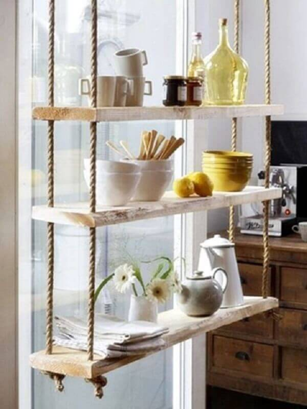 cozinha decorada com prateleira suspensa com corda Foto Pinterest