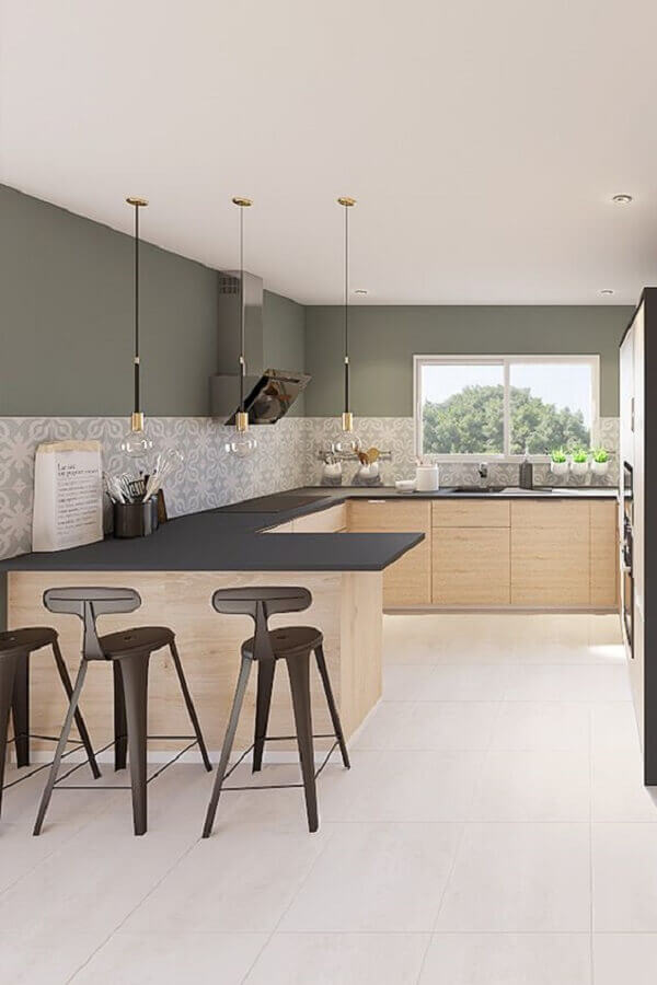 cozinha em U com bancada cinza e armários de madeira Foto Home Fashion Trend
