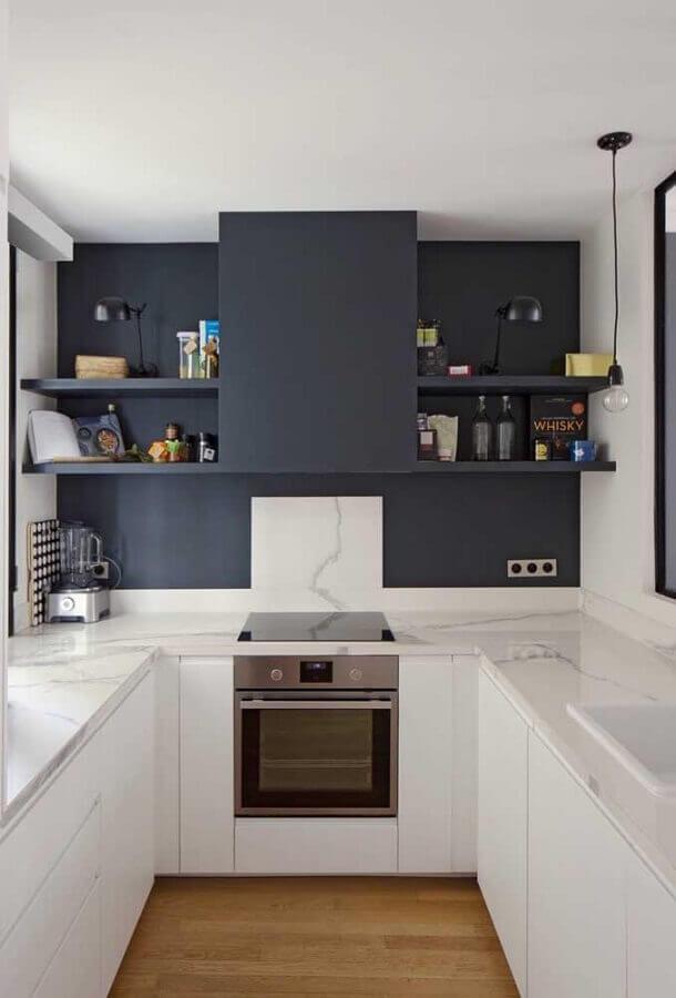 cozinha em U pequena com parede preta e bancada de mármore branco Foto Pinterest