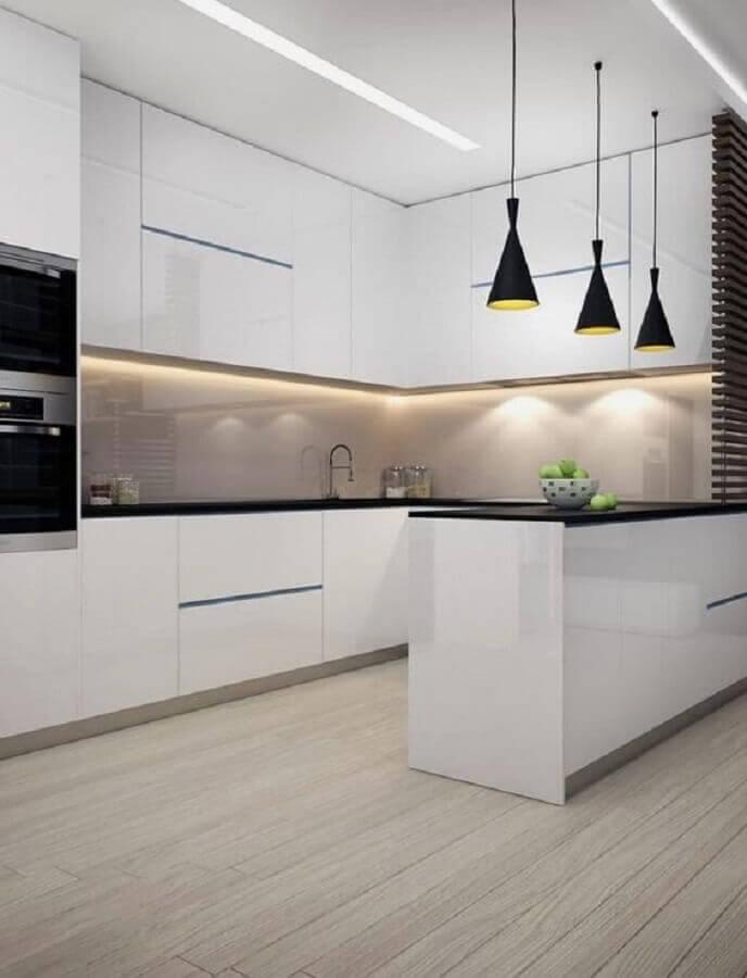 cozinha em U planejada moderna com armários brancos e pendentes pretos Foto Etsy