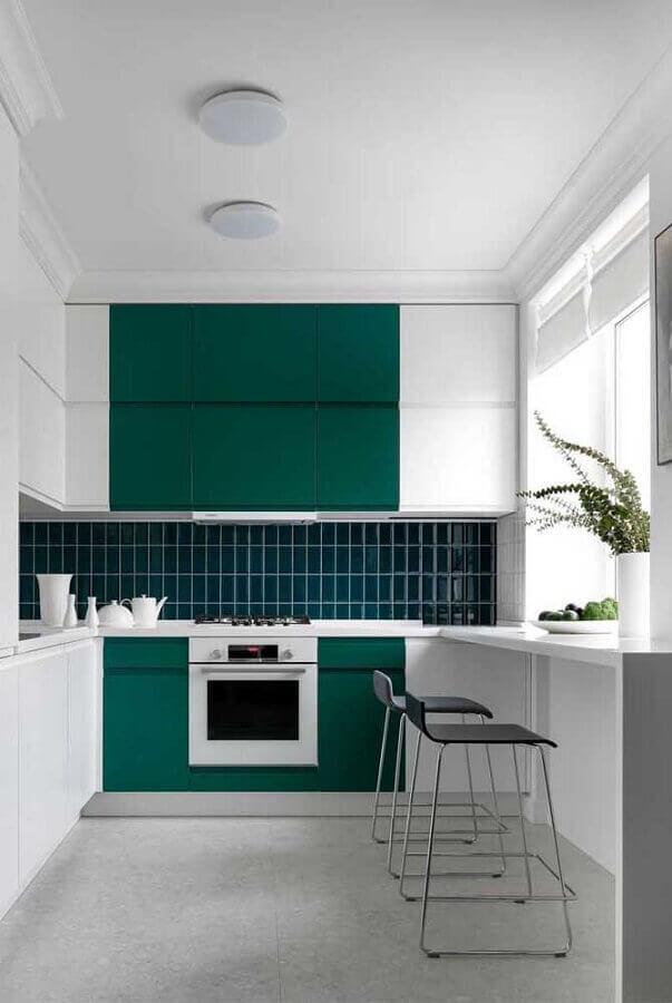 cozinha em u moderna branca e verde Foto Futurist Architecture