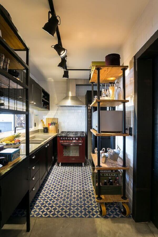cozinha pequena decorada com estante industrial madeira e ferro Foto Casa de Valentina