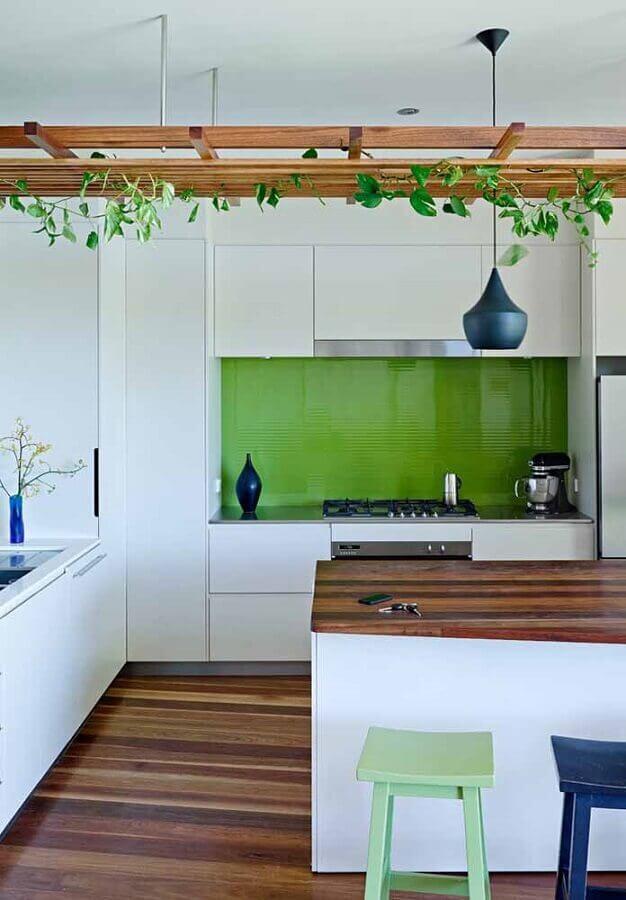 cozinha planejada branca com revestimento verde Foto Apartment Therapy