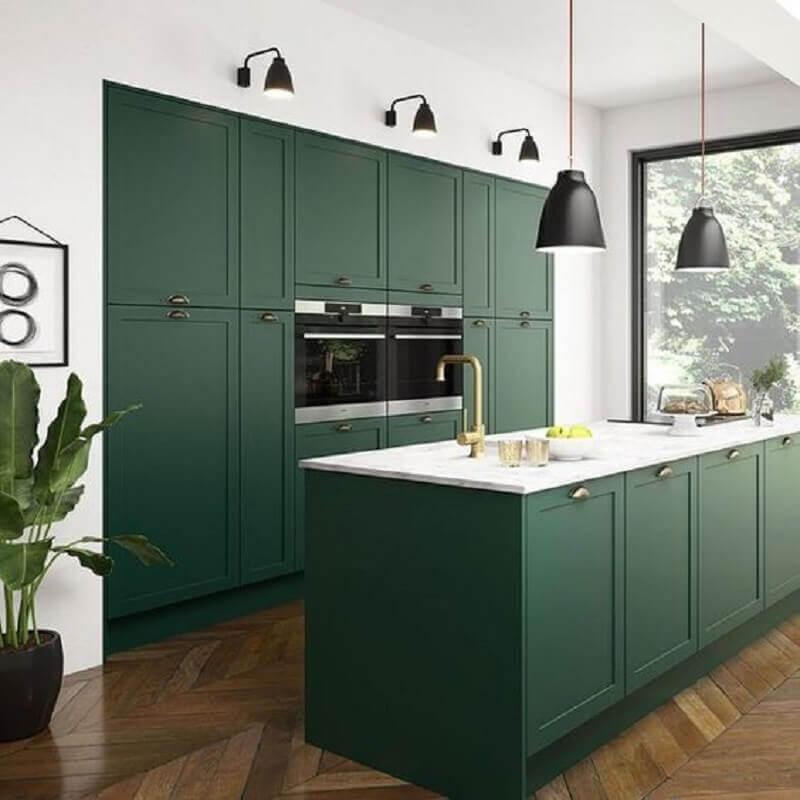 cozinha planejada com ilha decorada na cor verde esmeralda Foto Hunker