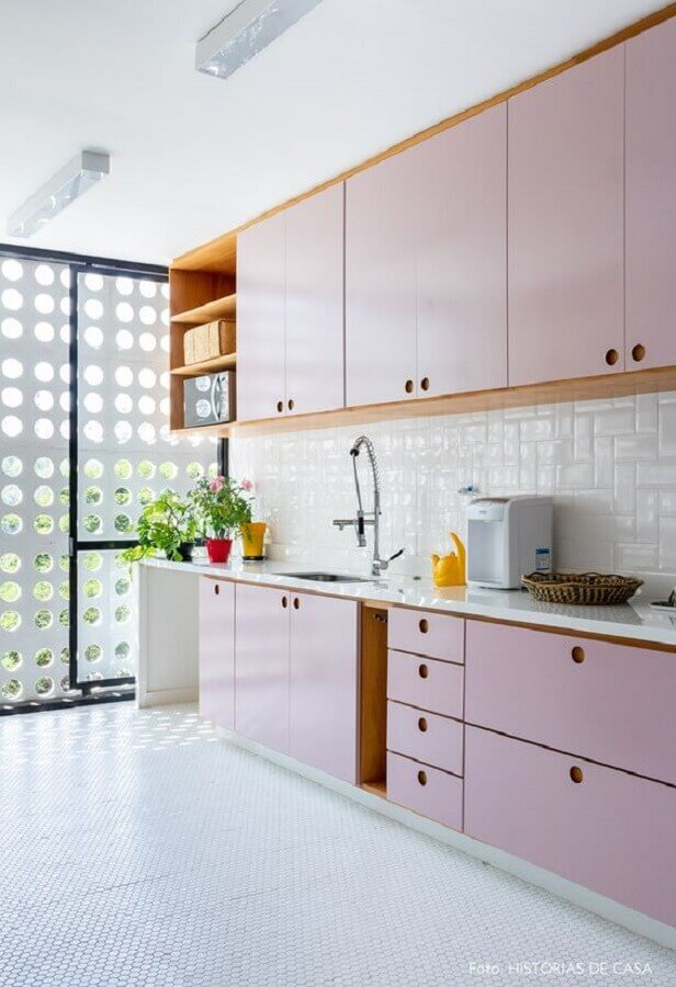 cozinha planejada na cor rosa pastel com armários retrô Foto Histórias de Casa