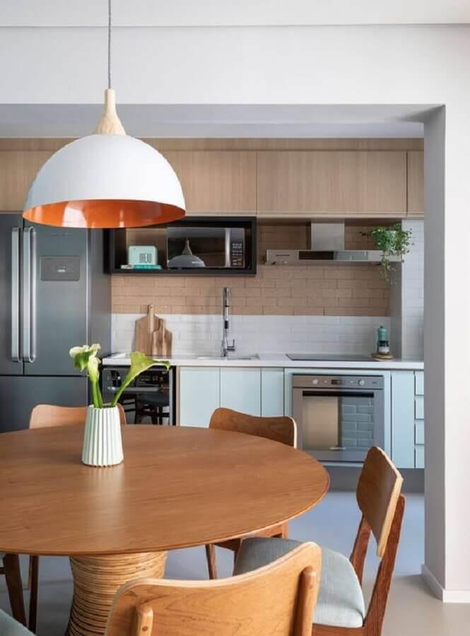 cozinha planejada verde claro com armário aéreo de madeira Foto Marina Carvalho
