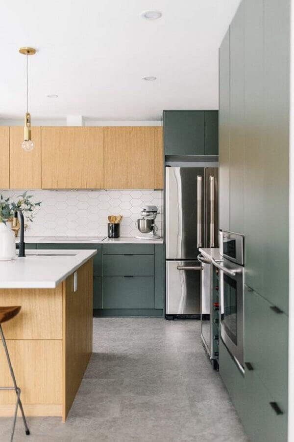 cozinha planejada verde com armário aéreo e ilha feita em madeira Foto Kresswell Interiors