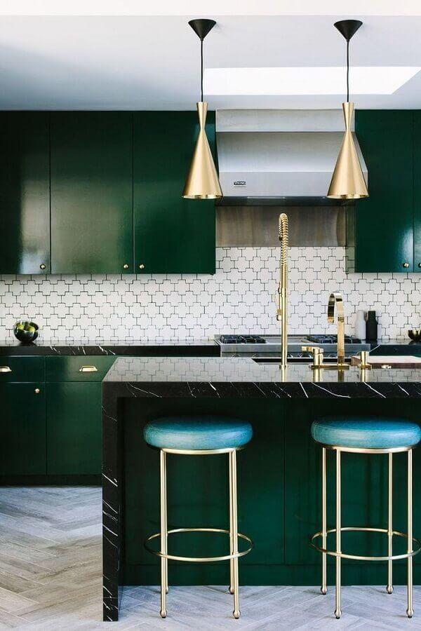 cozinha planejada verde esmeralda decorada com detalhes dourados Foto McCabe House