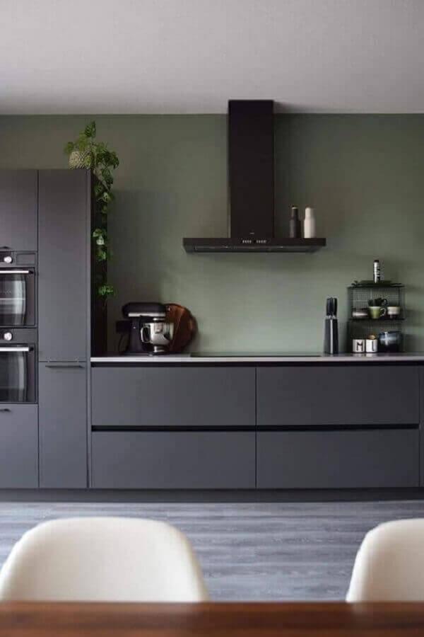 cozinha planejada verde musgo com armários cinza escuro Foto Pinterest