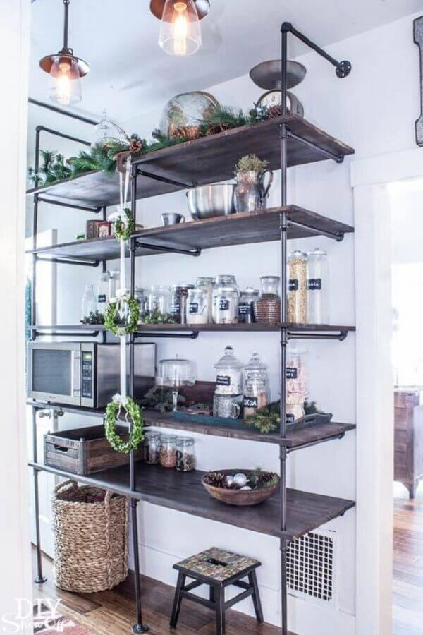 cozinha simples decorada com estante industrial ferro e madeira Foto Pinterest