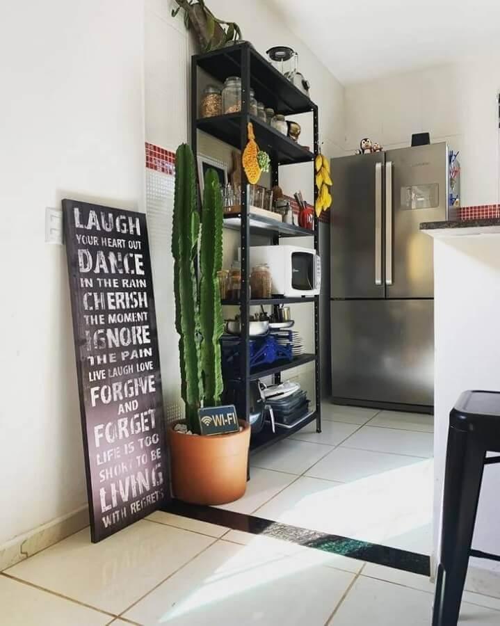 cozinha simples decorada com estante industrial preta Foto Home Rock 16