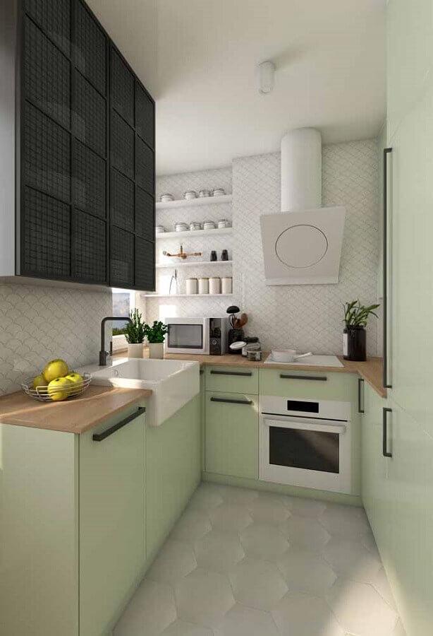 cozinha verde claro planejada com bancada de madeira Foto Apartment Therapy