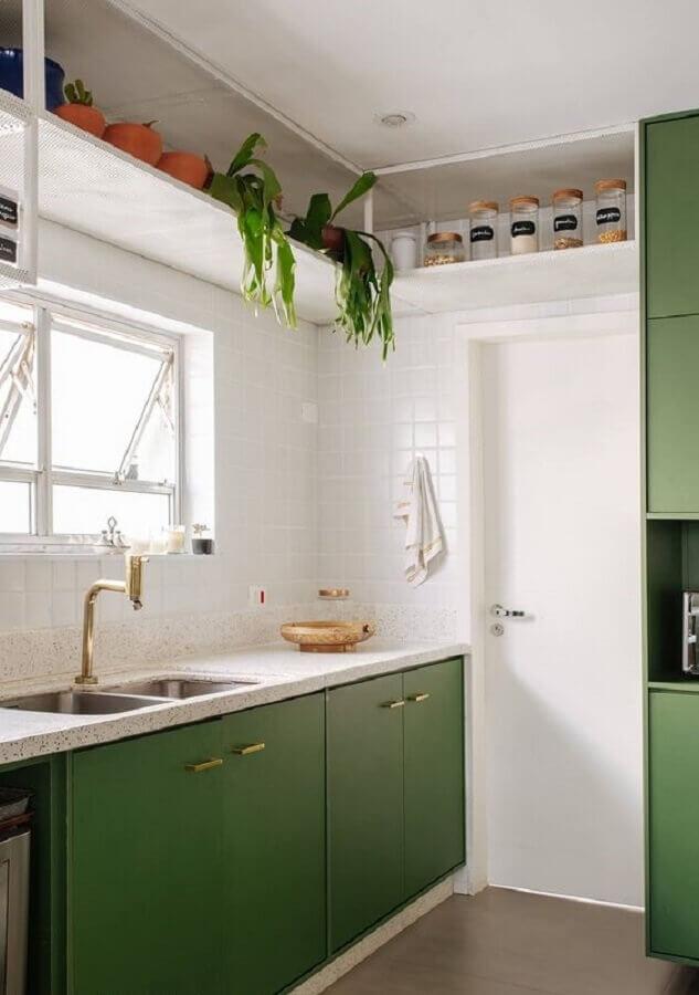 cozinha verde e branca simples decorada com detalhes em dourado Foto Pinterest