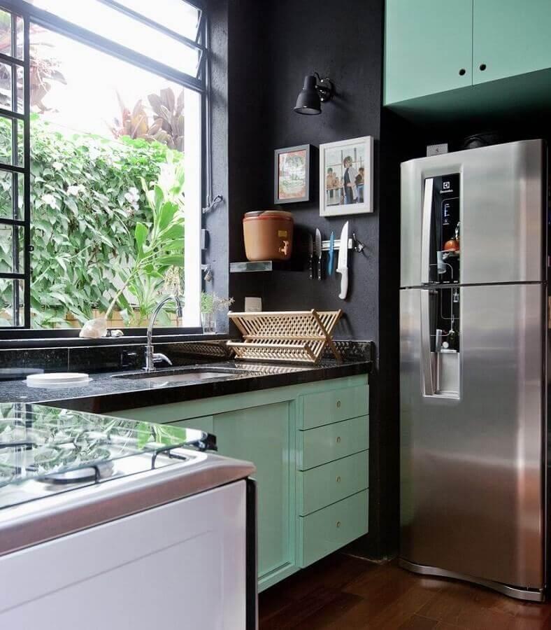 cozinha verde menta decorada com parede preta Foto Home Fashion Trend