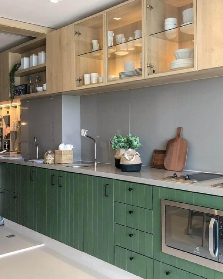 cozinha verde musgo decorada com armário aéreo de madeira com portas de vidro Foto Futurist Architecture
