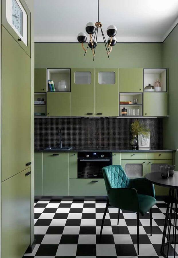 cozinha verde musgo decorada com pastilhas pretas e piso xadrez preto e branco Foto Decoist