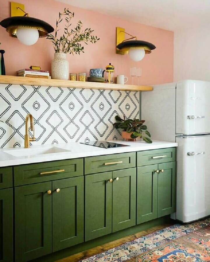 cozinha verde musgo simples decorada com parede pintada de rosa e prateleira de madeira Foto Pinterest