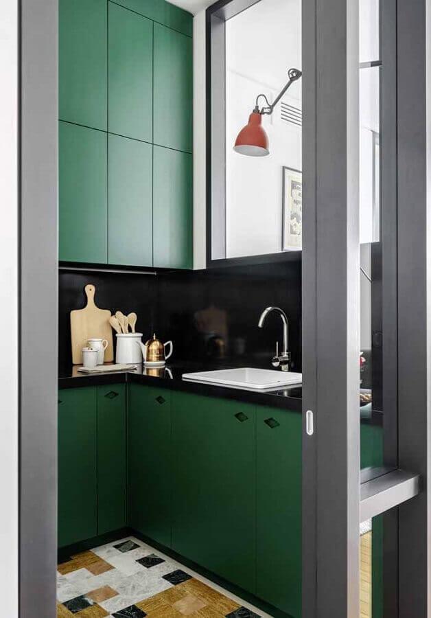 cozinha verde pequena decorada com revestimento de parede preto e piso colorido Foto Pinterest