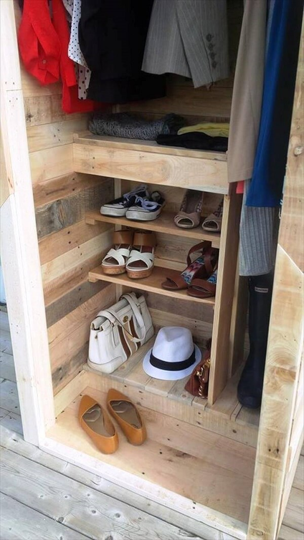 Modelo de guarda roupa de pallet simples com divisória de sapatos