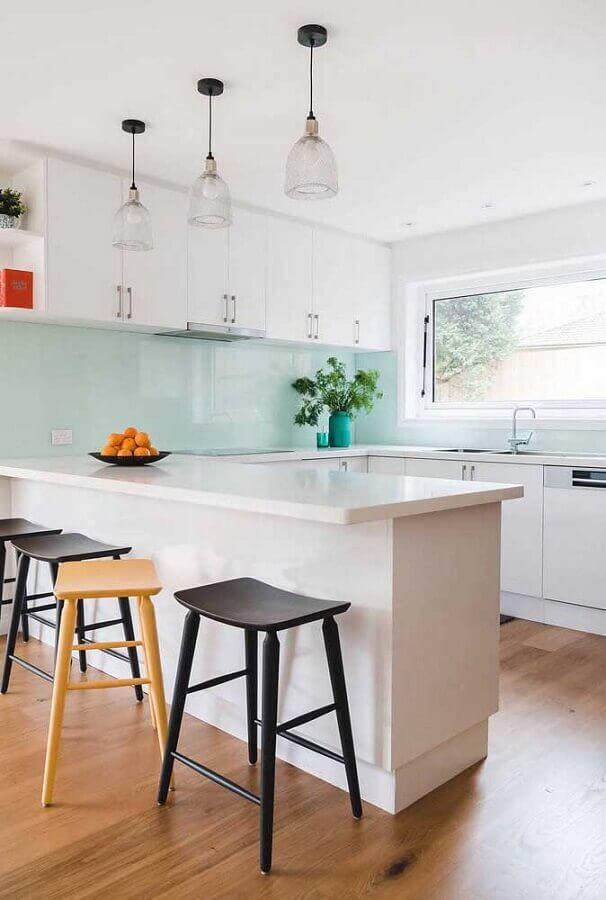 decoração azul claro para cozinha americana em U branca Foto Pinterest