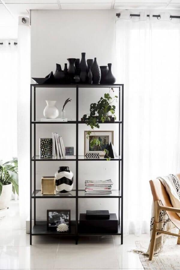 decoração clean com estante industrial preta com prateleiras de vidro Foto Pinterest