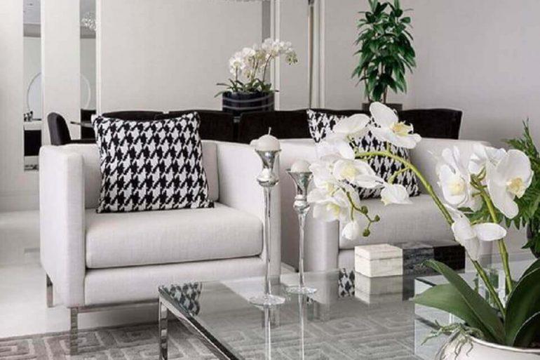 decoração clean com poltronas brancas para sala de estar Foto ArchZine