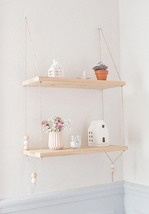 decoração clean com prateleira suspensa de madeira Foto Pinterest