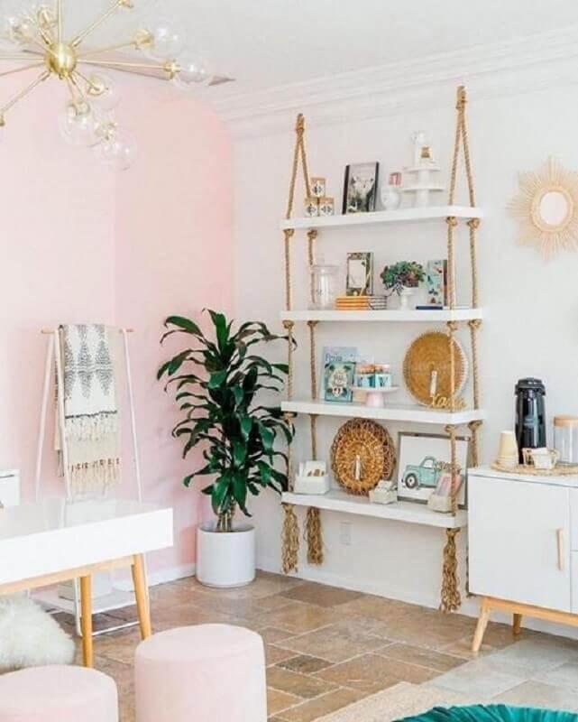 decoração clean para ambiente com parede rosa e prateleira suspensa com corda Foto Pinterest