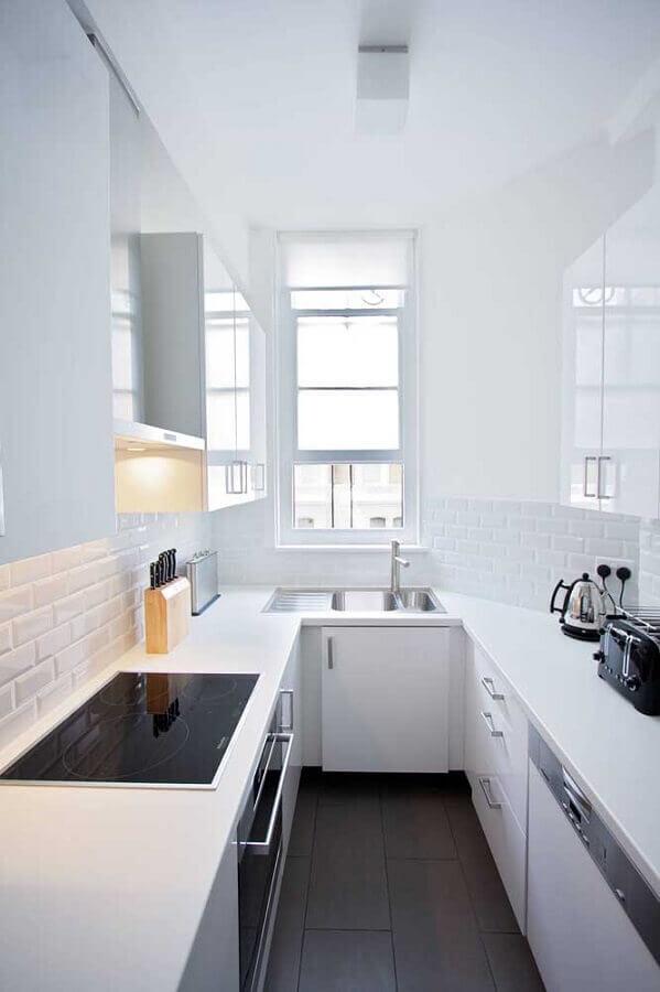 decoração clean para cozinha em U pequena com janela Foto Houzz