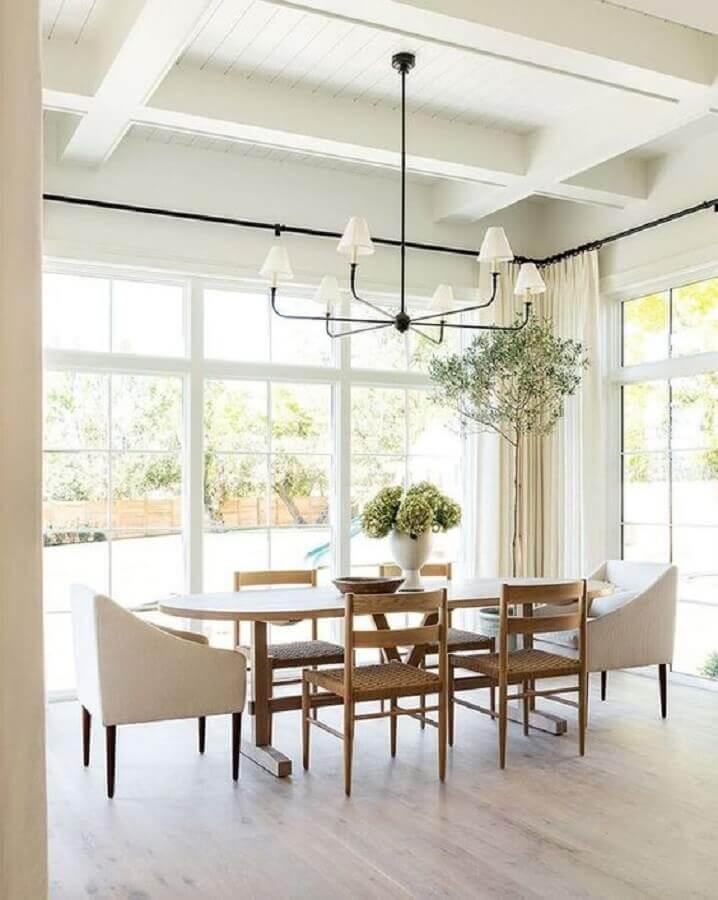 decoração clean para sala de jantar ampla com vaso para mesa de jantar com flores Foto McGee & Co.