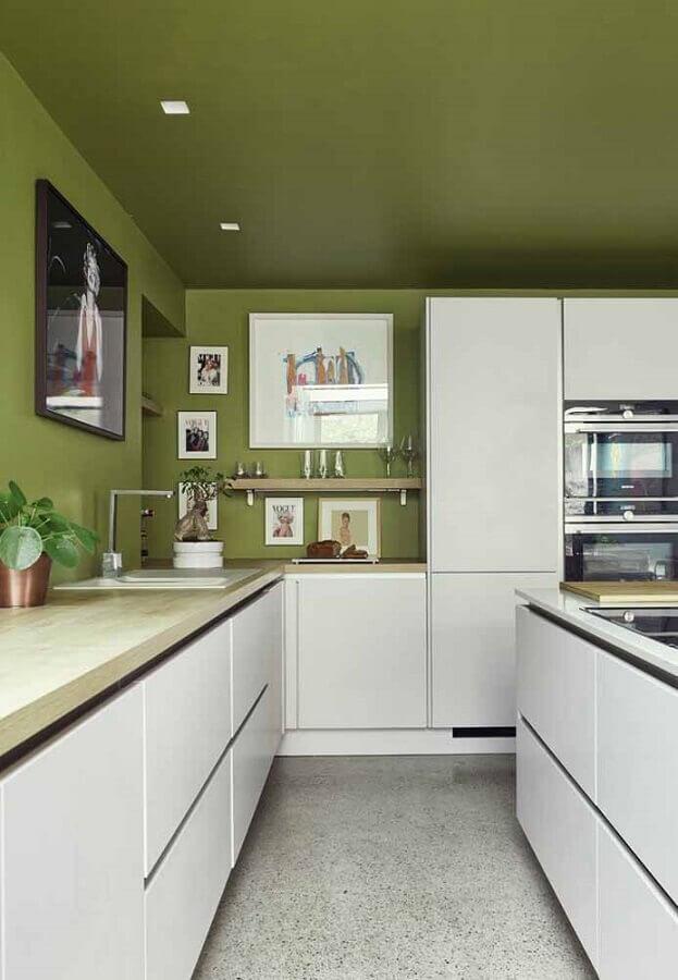 decoração com armários planejados para cozinha verde musgo e branca Foto Apartment Therapy