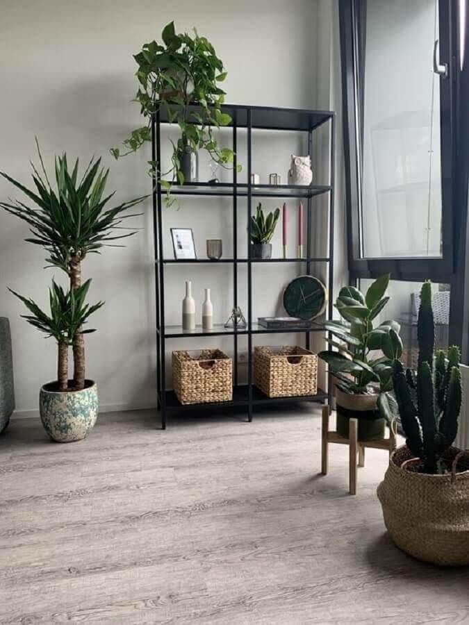 decoração com estante de aço industrial preta e prateleiras de vidro Foto Pinterest