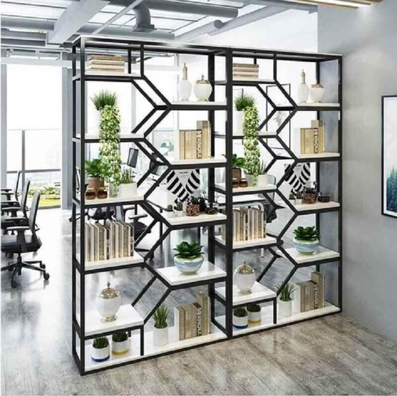 decoração com estante de ferro industrial como divisória de ambientes Foto Pinterest