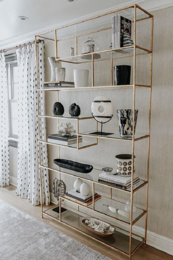 decoração com estante industrial com estrutura dourada Foto Pinterest