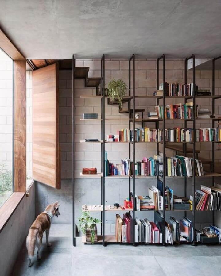 decoração com estante industrial para livros Foto Pinterest