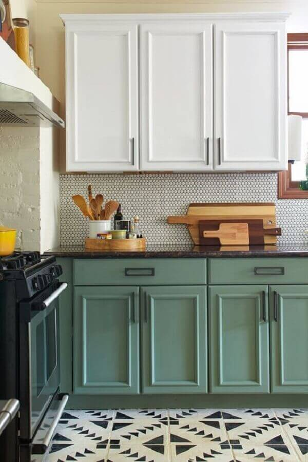 decoração com estilo retrô para cozinha verde e branca Foto Arquitrecos