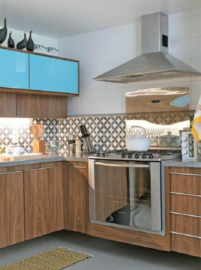 decoração com faixa para cozinha moderna planejada com armários de madeira Foto Reciclar e Decorar