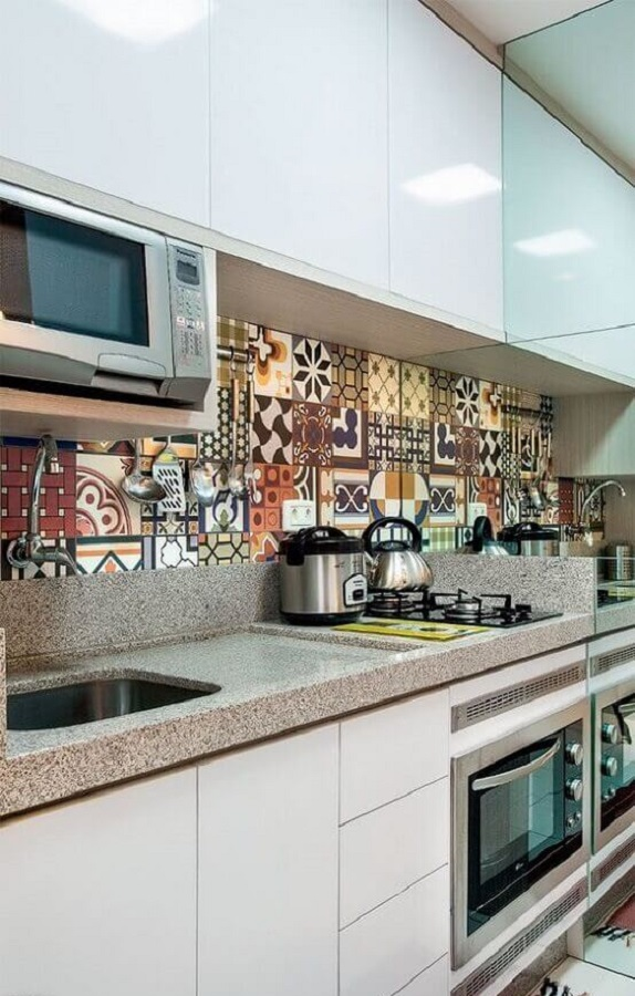 decoração com faixa para cozinha planejada com armários brancos Foto Jeito de Casa
