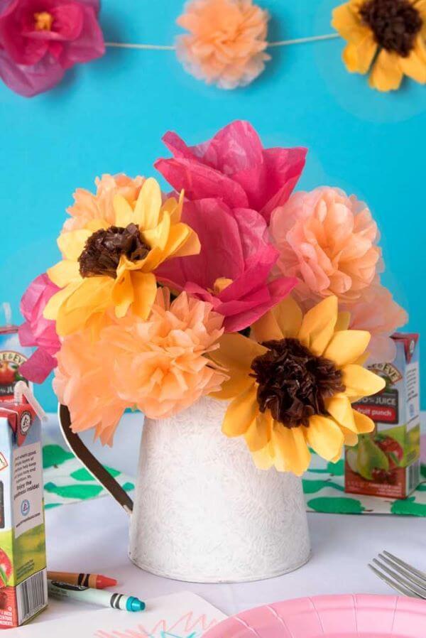 Decoração com flores de papel de seda coloridas