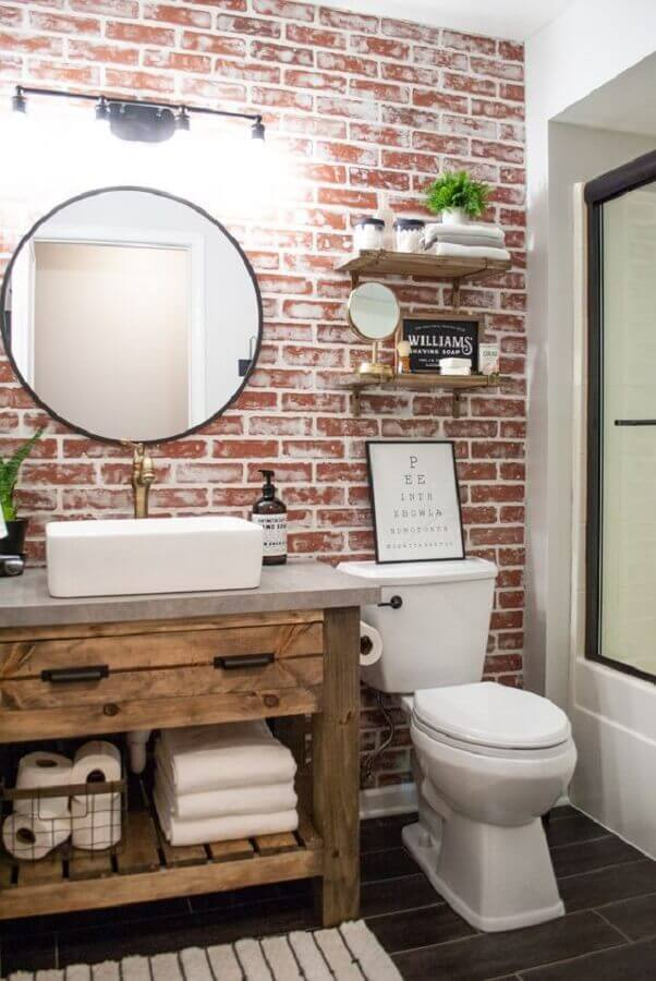 decoração com parede de tijolo à vista e balcão de banheiro rústico feito com móvel antigo Foto Sammy on State