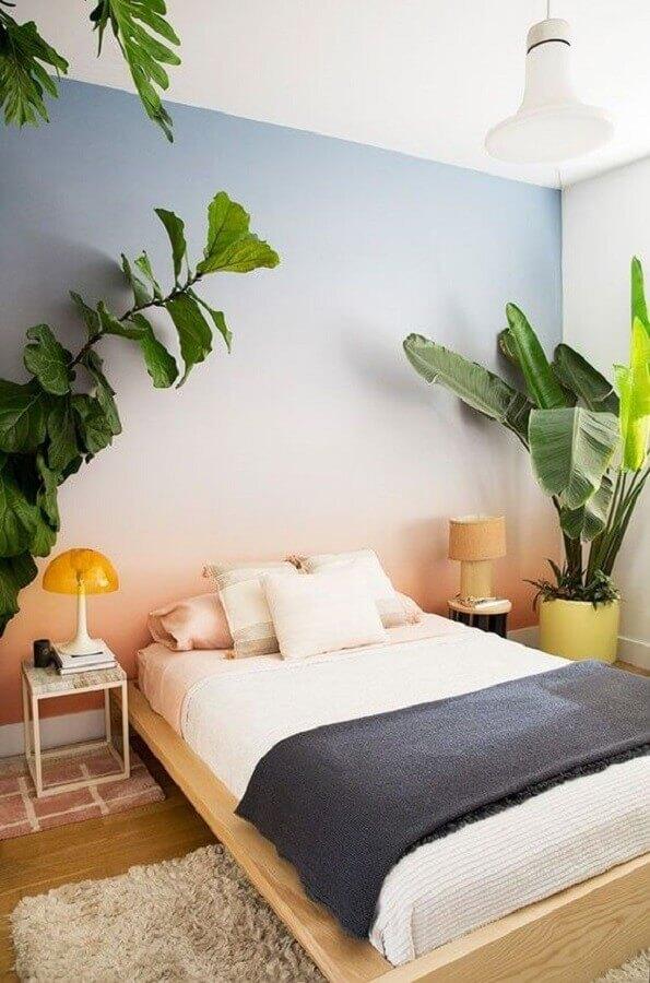 decoração com plantas grandes para quarto com parede colorida com cama japonesa de madeira Foto Pinterest
