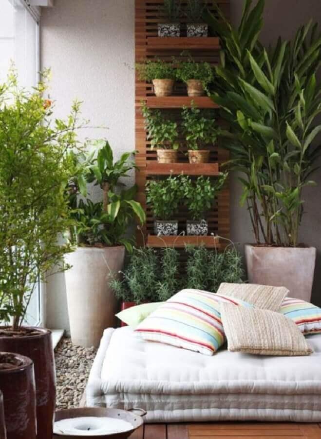 decoração com plantas na parede e grandes vasos para varanda Foto Muito Chique
