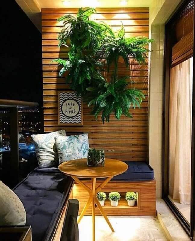 decoração com plantas na parede para varanda planejada pequena com painel de madeira e canto alemão Foto Casa Très Chic